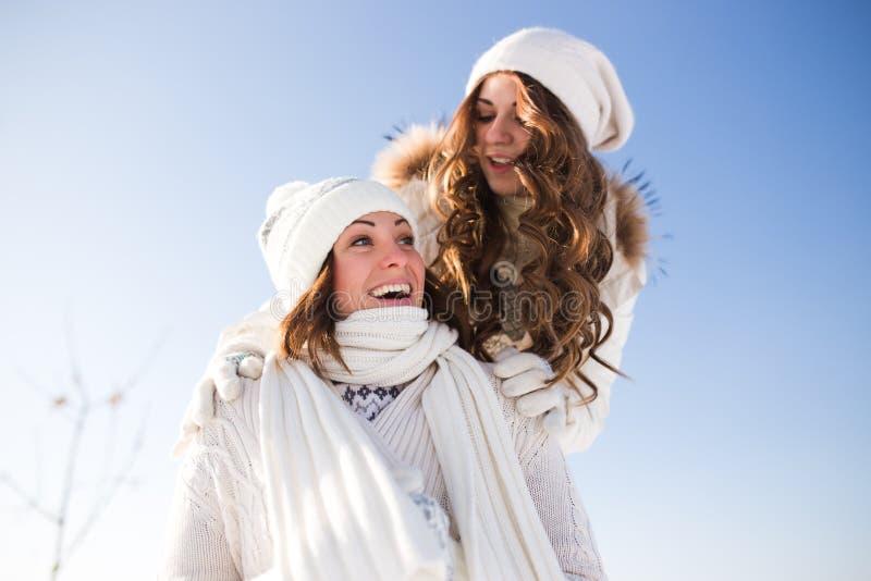 Dos mujeres felices jovenes, dos amigos, divirtiéndose imágenes de archivo libres de regalías