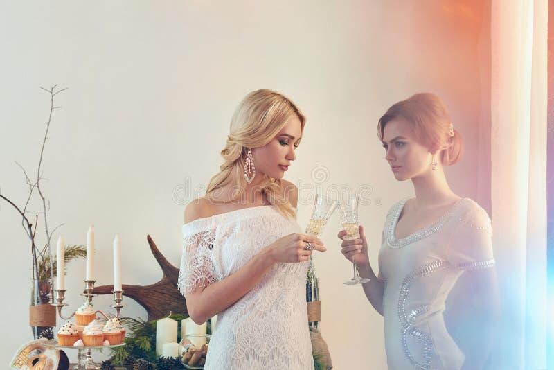 Dos mujeres hermosas con champán fotografía de archivo libre de regalías
