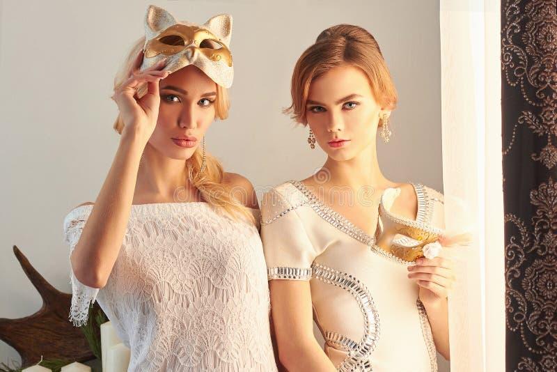 Dos mujeres hermosas con la máscara imagen de archivo libre de regalías