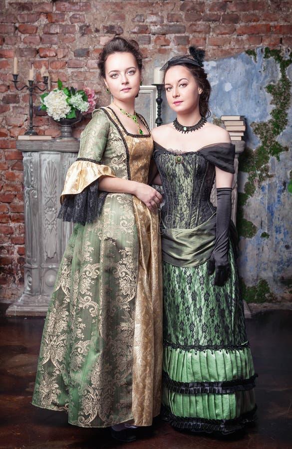 Clue (versión Temerant) - Página 36 Dos-mujeres-hermosas-en-vestidos-medievales-43146217