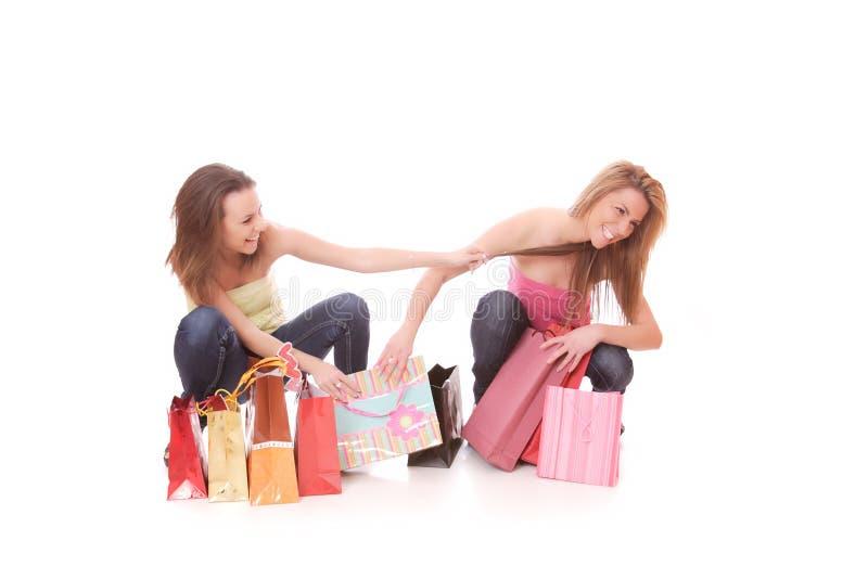 Dos mujeres hermosas jovenes felices con las compras imágenes de archivo libres de regalías