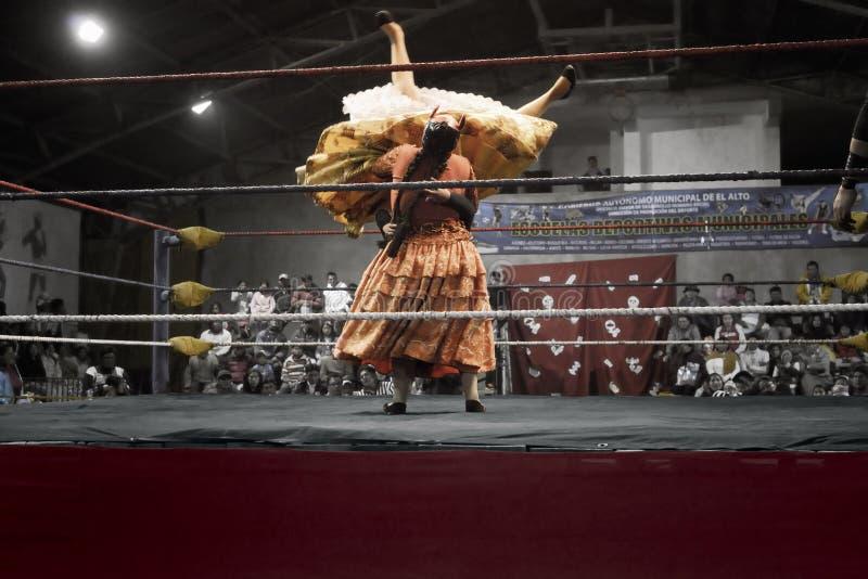 Dos mujeres indígenas que luchan en el anillo fotos de archivo