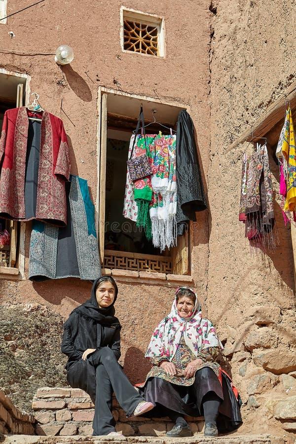Dos mujeres iraníes en el pueblo de montaña, Abyaneh, Irán foto de archivo libre de regalías