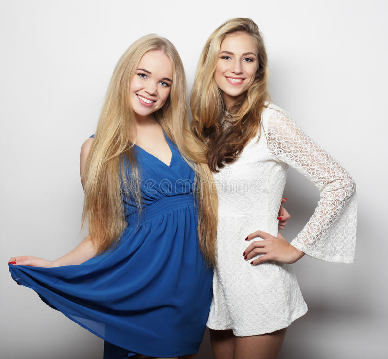 Dos mujeres jovenes atractivas en vestido de la moda del verano fotos de archivo libres de regalías