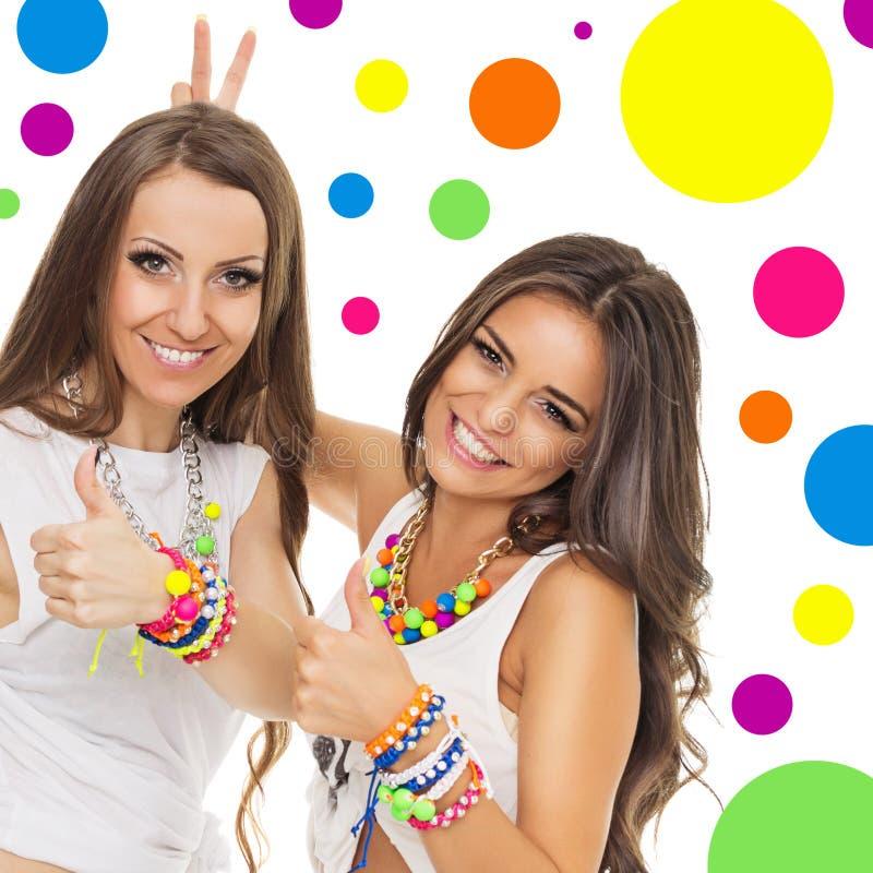Dos mujeres jovenes con joyería colorida de moda fotos de archivo