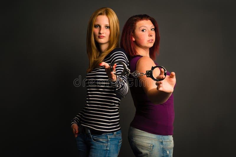 Dos mujeres jovenes con las esposas imágenes de archivo libres de regalías