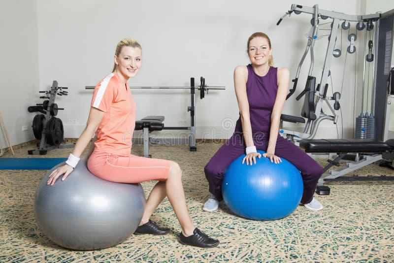 Dos mujeres jovenes en gimnasia fotografía de archivo libre de regalías