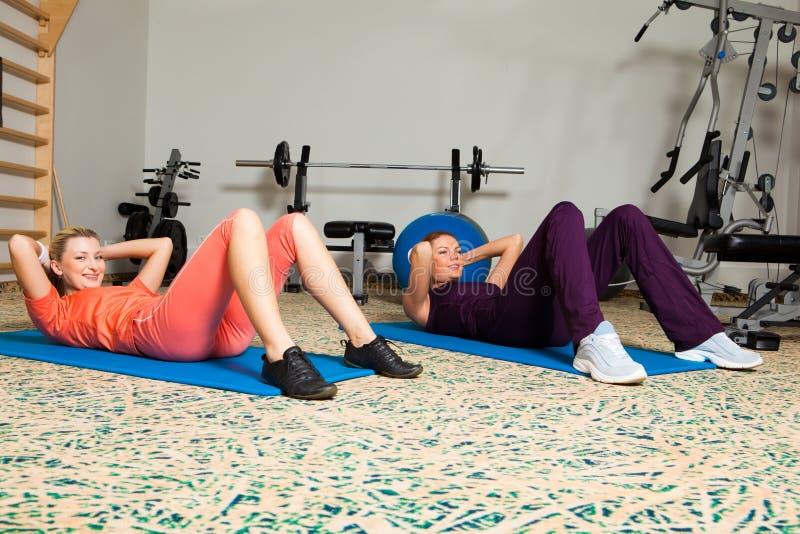 Dos mujeres jovenes en gimnasia imagen de archivo