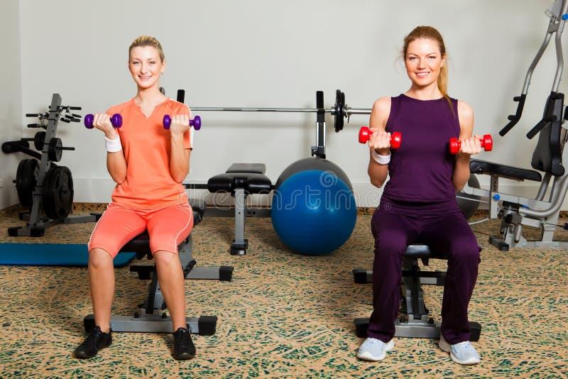 Dos mujeres jovenes en gimnasia imagenes de archivo
