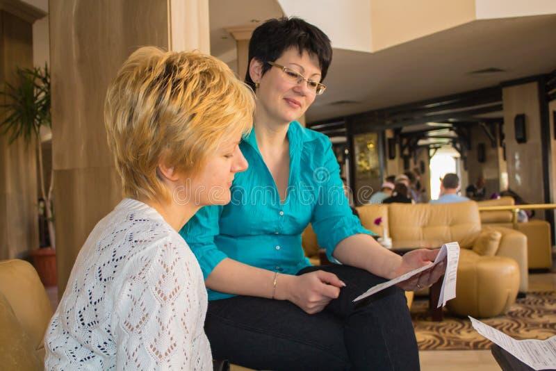 Dos mujeres jovenes en la recepción fotos de archivo libres de regalías
