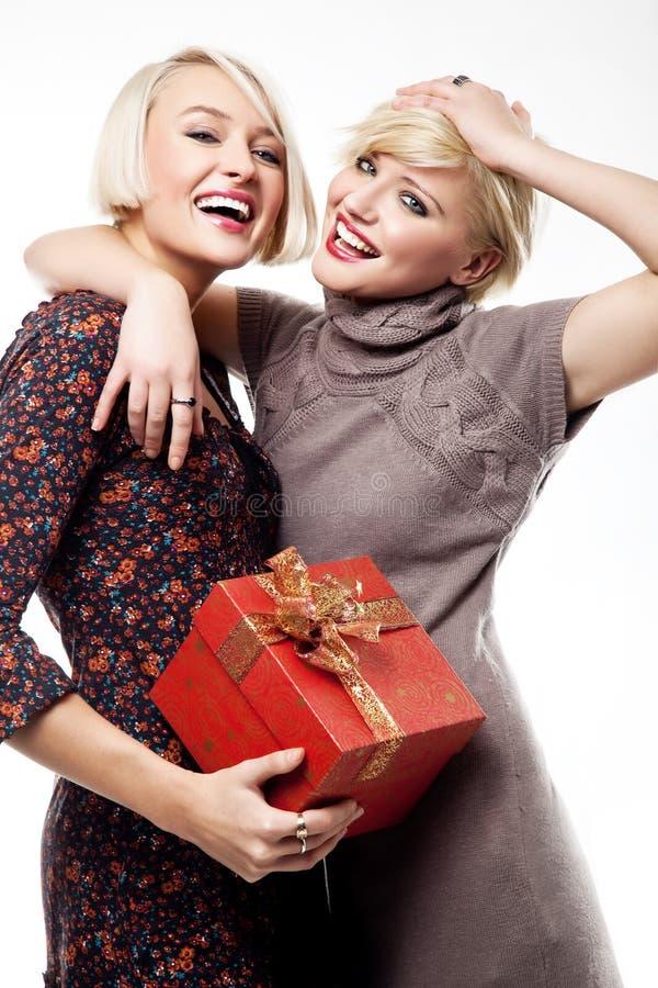 Dos mujeres jovenes felices imagenes de archivo