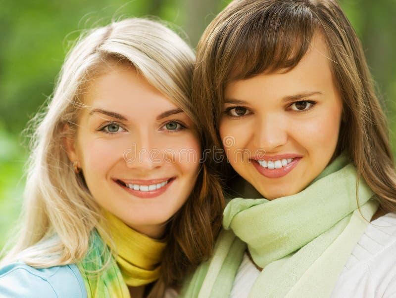 Dos mujeres jovenes hermosas foto de archivo