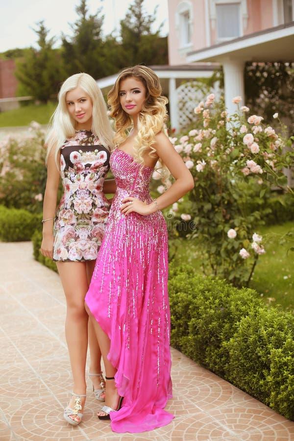 Dos mujeres jovenes hermosas con el pelo rubio, igualando maquillaje, muchachas imagen de archivo