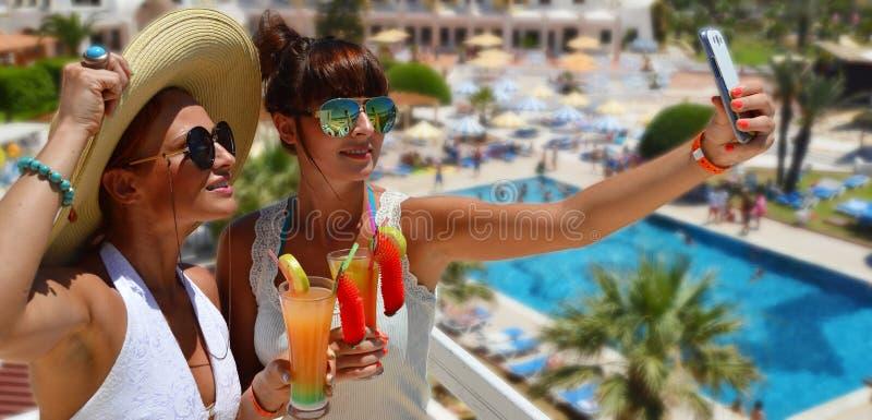 Dos mujeres jovenes que toman la imagen de ellos mismos el vacaciones foto de archivo libre de regalías