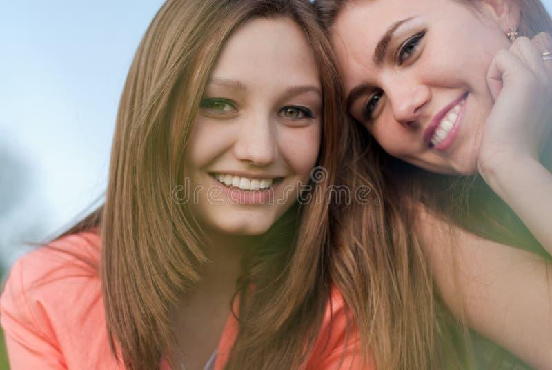 Dos mujeres jovenes sonrientes felices hermosas foto de archivo libre de regalías