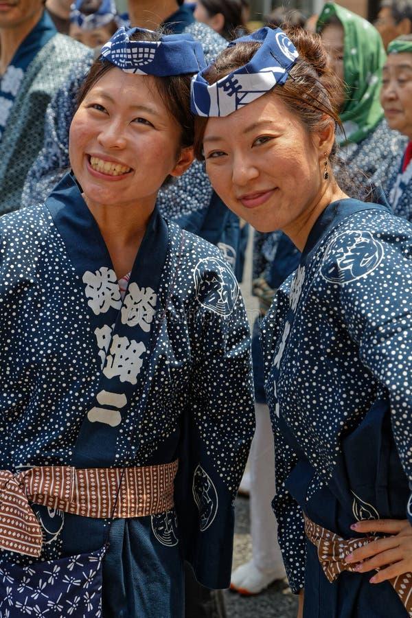 Dos mujeres jovenes sonrientes vestidas en azul, durante Kanda Matsuri fotografía de archivo libre de regalías