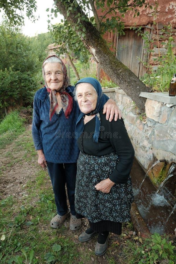Dos mujeres mayores que presentan en el campo del valle de Jerma, Serbia imágenes de archivo libres de regalías
