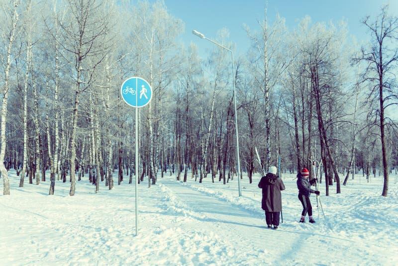 Dos mujeres mayores que se preparan para un viaje del esquí en parque fotografía de archivo libre de regalías