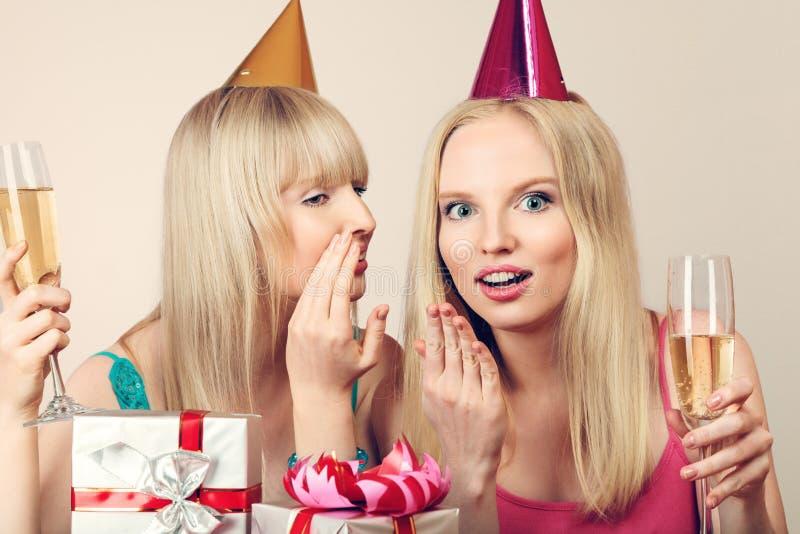 Dos mujeres que celebran cumpleaños foto de archivo libre de regalías