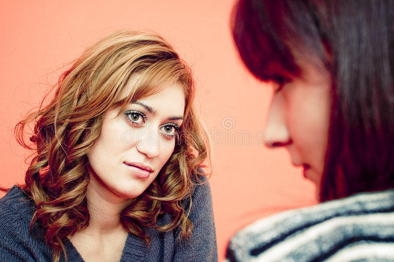 Dos mujeres que hacen frente a uno otro fotos de archivo