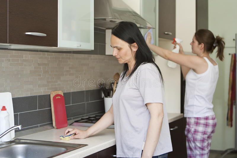 Dos mujeres que limpian los muebles imagen de archivo libre de regalías