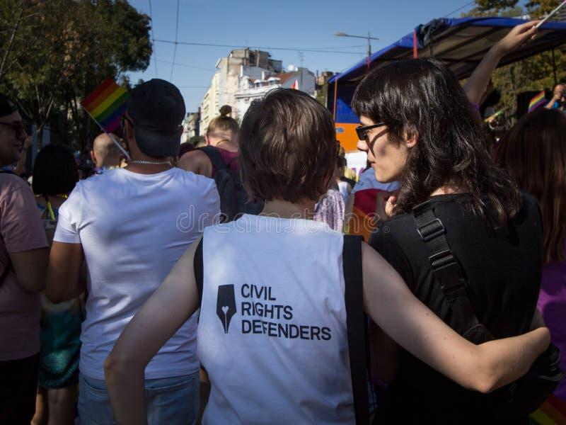 Dos mujeres que llevan una camiseta con el logotipo del defensor de las derechas civiles que participa en Belgrado Gay Pride fotos de archivo libres de regalías