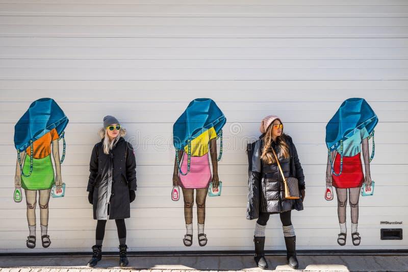 Dos mujeres que presentan delante de los canales de Goteburgo Suecia fotografía de archivo libre de regalías