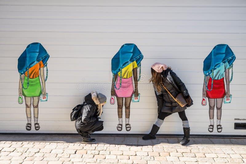 Dos mujeres que presentan delante de los canales de Goteburgo Suecia fotos de archivo