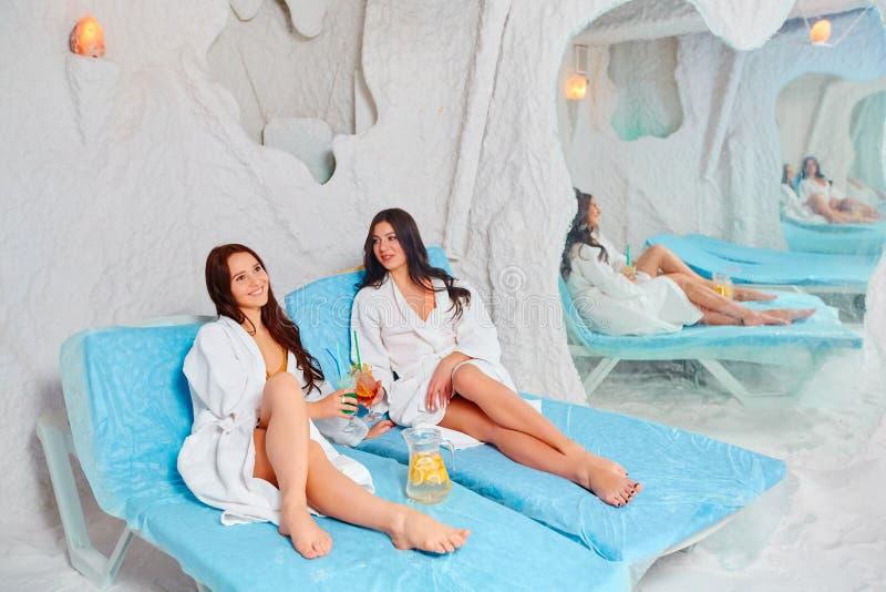 Dos mujeres que se relajan en una sal excavan en Halotherapy fotos de archivo