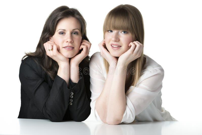 Dos mujeres que se sientan foto de archivo libre de regalías