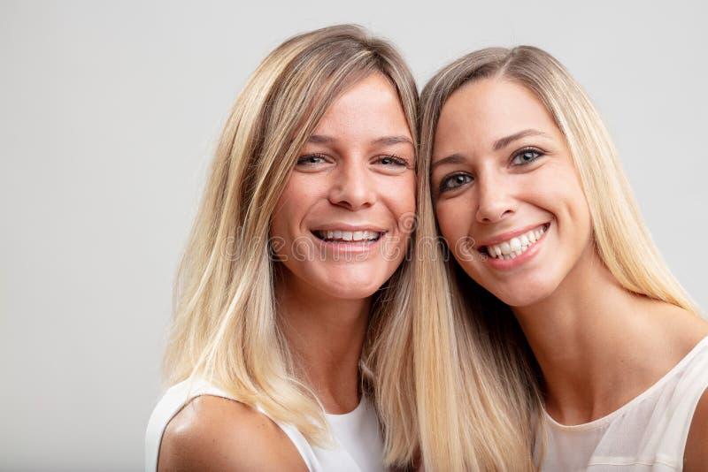 Dos mujeres rubias jovenes sonrientes felices fotografía de archivo libre de regalías