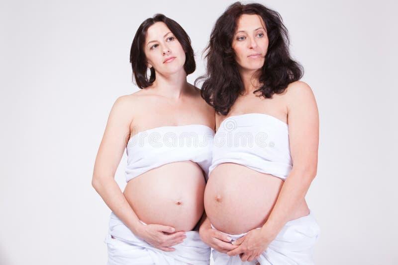 Dos Mujeres Soñadoras Embarazadas Fotos de archivo libres de regalías
