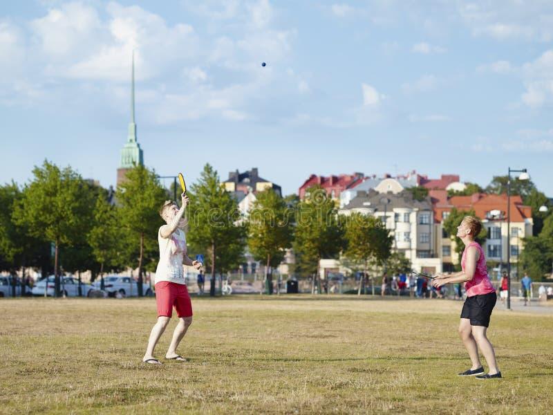Dos mujeres y juegos del verano fotos de archivo libres de regalías