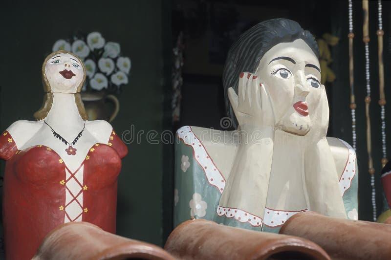 Dos Namoradeiras, amante seraching muchachas de madera, en una ventana de T fotografía de archivo