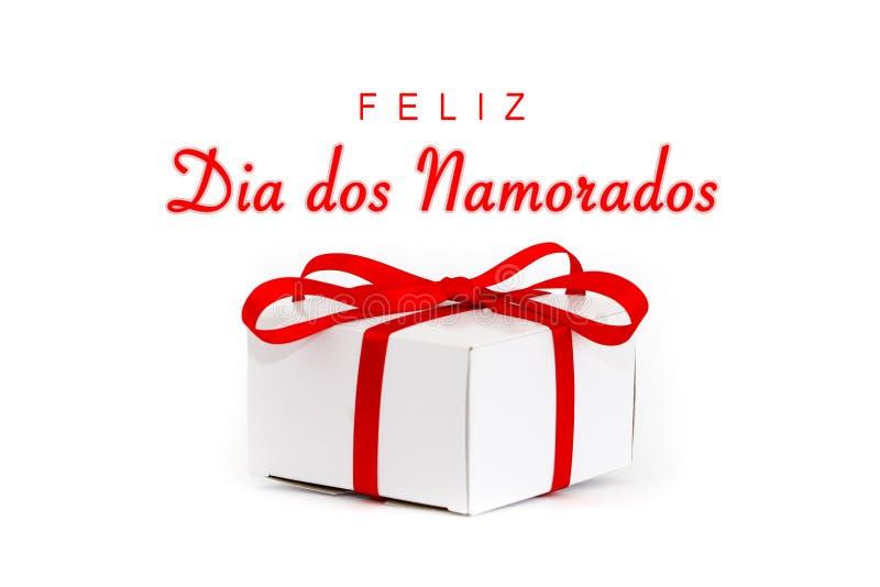 Dos Namorados de Feliz Dia na língua portuguesa: Mensagem de texto feliz do dia de Valentine's e caixa de presente branca do ca fotos de stock royalty free