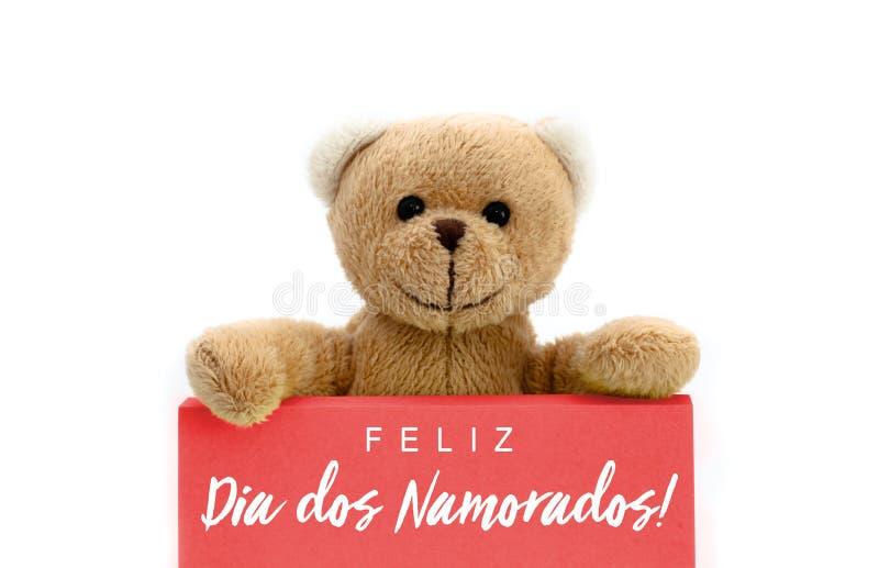 Dos Namorados de Feliz Dia na língua portuguesa: Texto feliz do dia de Valentine's e urso de peluche marrom fotografia de stock