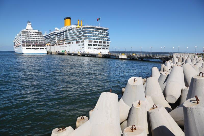 Dos naves en el embarcadero de Tallinn cerca de los bloques de cemento fotografía de archivo