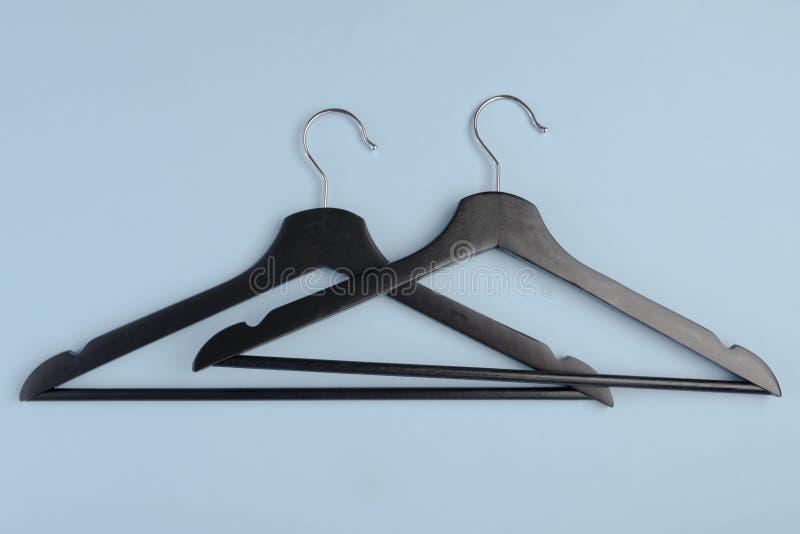 Dos negros sobre traslapar suspensiones de capa de madera en fondo azul del fa fotos de archivo libres de regalías
