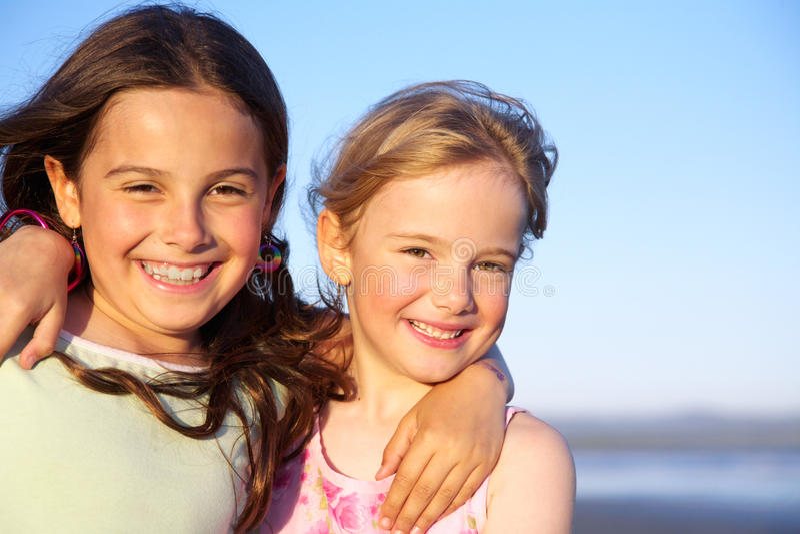 Dos niñas comparten un abrazo. foto de archivo