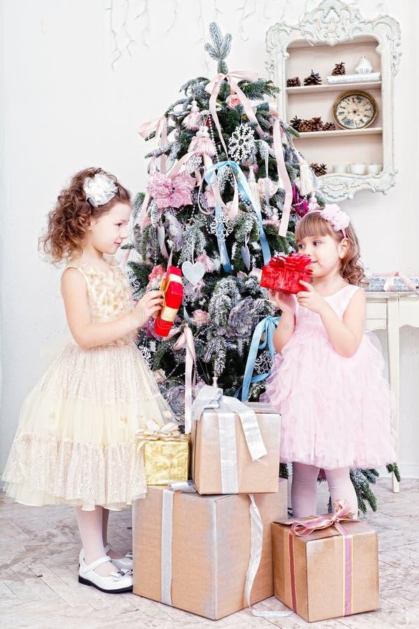 Dos niñas con los regalos imagenes de archivo