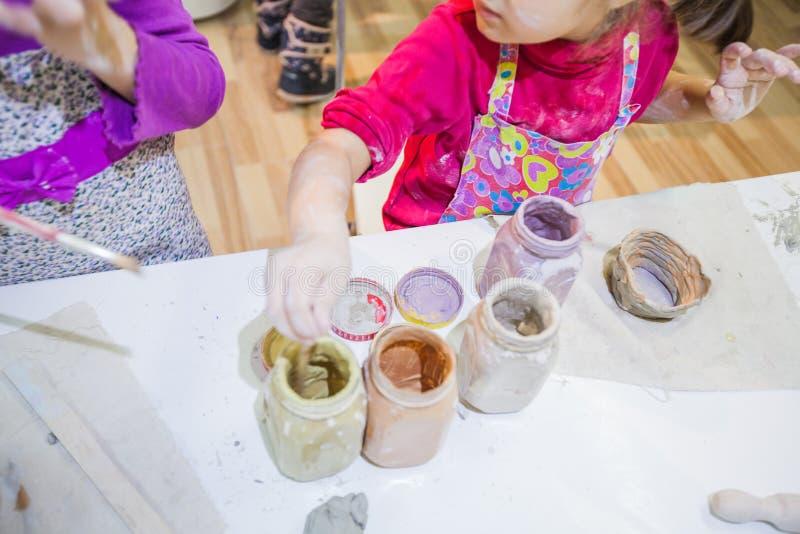 Dos niñas en el taller de la cerámica fotografía de archivo