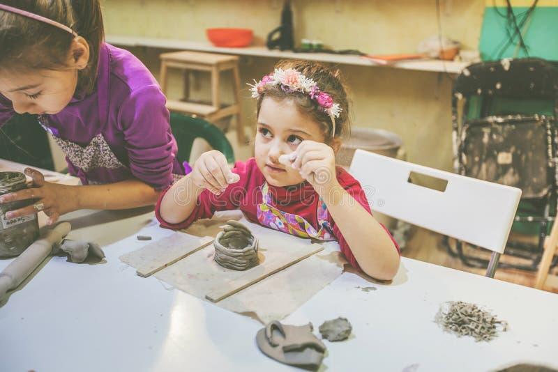 Dos niñas en el taller de la cerámica imagen de archivo libre de regalías