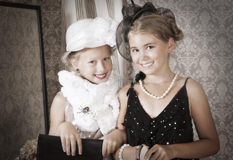 Dos niñas. Estilo del vintage fotografía de archivo libre de regalías