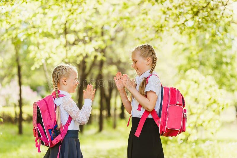 Dos niñas felices que juegan la Patty-torta al aire libre fotos de archivo