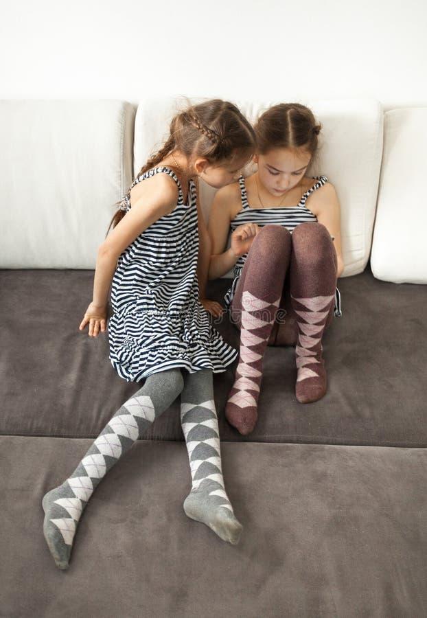 Dos niñas que hojean en la tableta foto de archivo libre de regalías