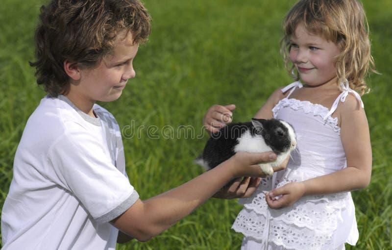 Dos niños imagenes de archivo