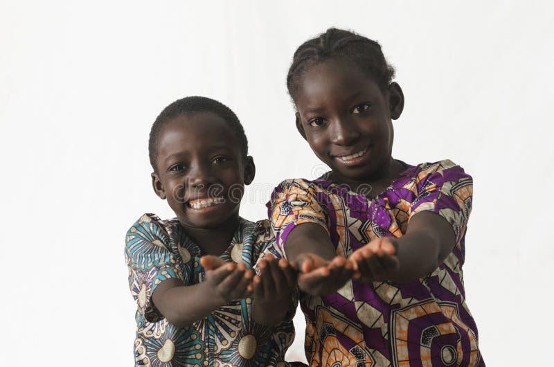 Dos niños africanos que muestran sus palmas que piden el petición alguno fotos de archivo libres de regalías