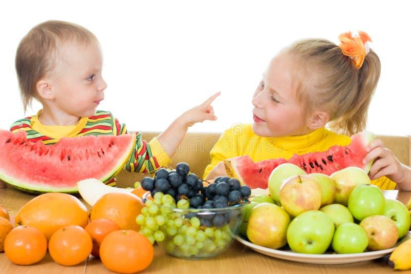 Dos Niños Comen La Fruta En Un Vector Imagen De Archivo