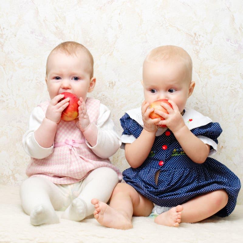 Dos niños con las manzanas fotos de archivo