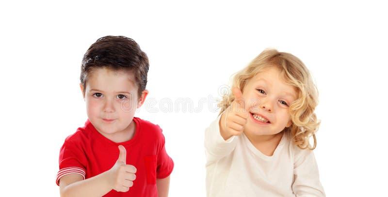 Dos niños divertidos que dicen muy bien fotografía de archivo libre de regalías